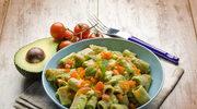 Makaron z awokado i pomidorami