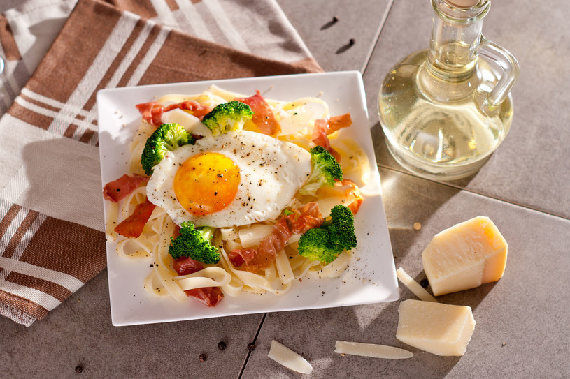 Makaron z brokułem i jajkiem /123RF/PICSEL
