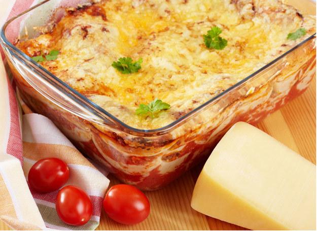 Makaron z mięsem i warzywami wystarczy zapiec w piekarniku, by mieć smakowity obiad /123RF/PICSEL