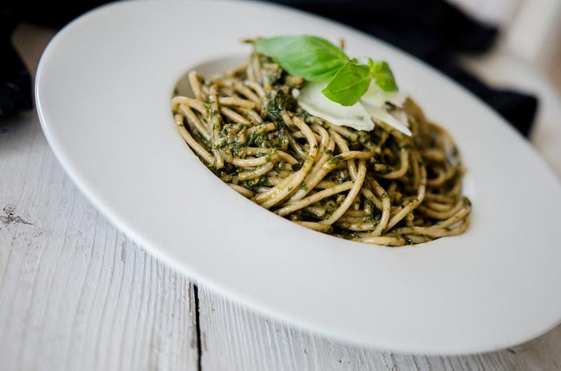 Makaron z pesto z bazylii bardzo dobrze smakuje i jest szybki w przygotowaniu /INTERIA.PL