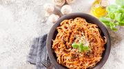 Makaron z sosem bolońskim i pieczarkami