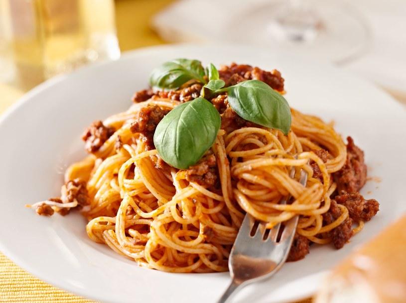 Makaron z sosem pomogorowym to zdrowe danie, które można zrobić bardzo szybko /123RF/PICSEL