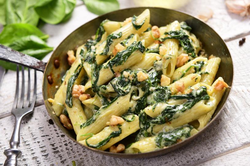 Makaron ze szpinakiem to klasyka, ale można go urozmaicić np. sosem z gorgonzoli /123RF/PICSEL