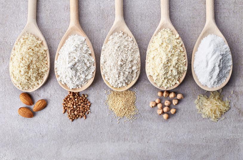 Mąkę można zrobić samemu w domu ucierając  np. orzechy /123RF/PICSEL