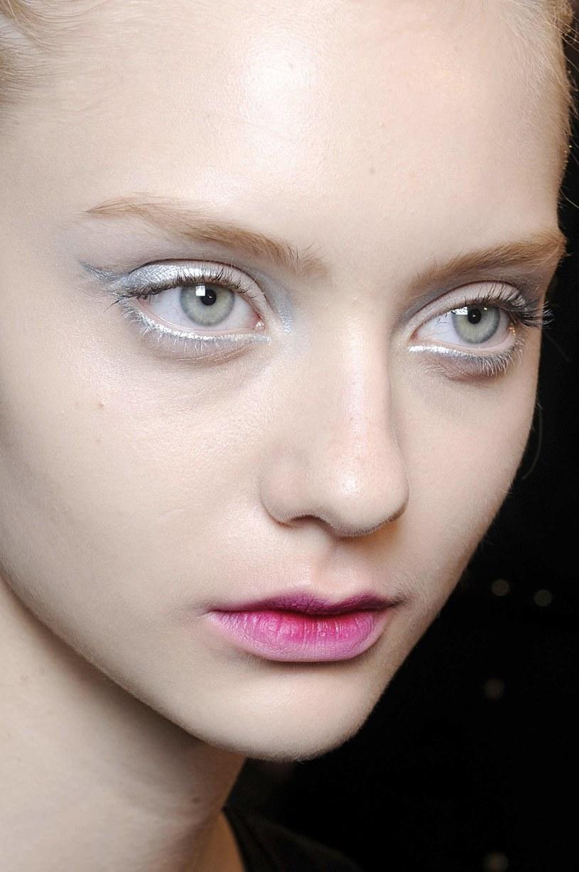 Make-up opuszkami palców: czysta subtelność /East News/ Zeppelin