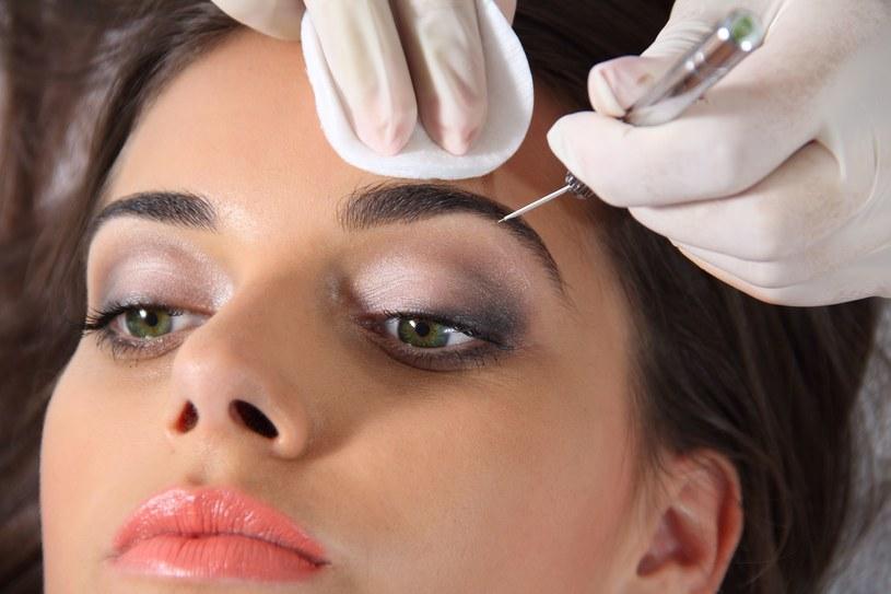 Makijaż cieniem wykonuj skośnym, zakończonym ostro pędzelkiem /123RF/PICSEL