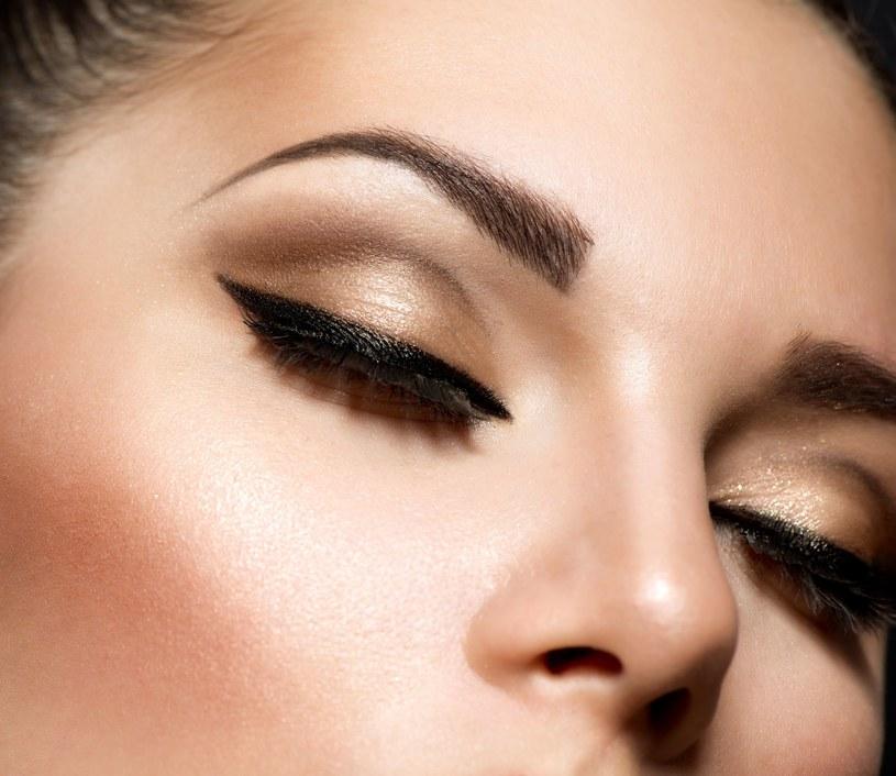Makijaż na podpuchniętych powiekach może je jeszcze bardziej podrażnić /123RF/PICSEL