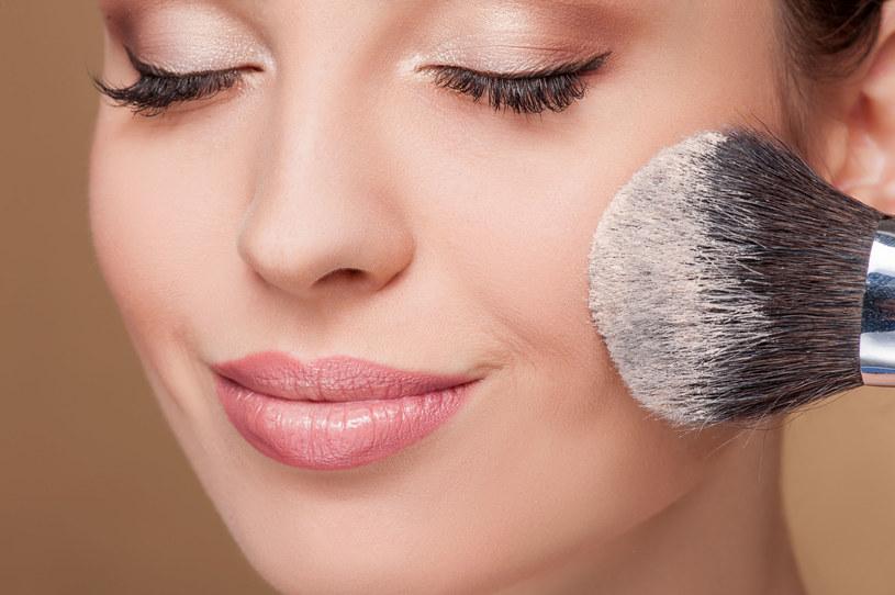 Makijaż utrwalaj pudrem mineralnym /123RF/PICSEL