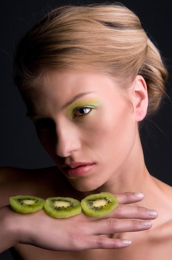 Makijaż w kolorze kiwi? Tak! /© Panthermedia