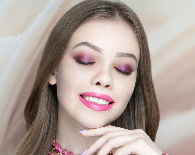 Makijażyści przekonują, że róż stanowi wspólny mianownik najmodniejszych letnich makijaży /123RF/PICSEL