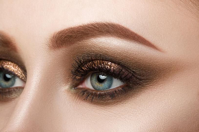 Makijażystki uwielbiają eksperymentować z kształtem brwi. Ich wygląd zmienia oprawę oka i wyraz twarzy /Instagram