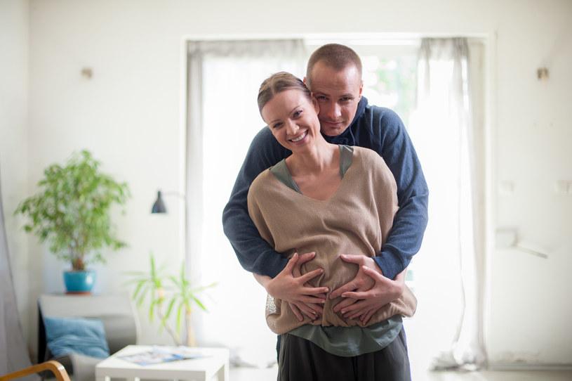 Maks sam nie wie czego chce: Kocha Alicję, ale bardzo pragnie dziecka, które nosi Olga. /x-news/ Marek Szczepański /TVN