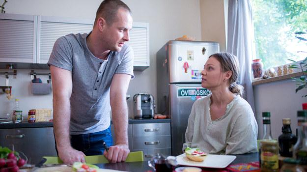 Maks troskliwie zajmuje się Olgą. Jednak nie jest pewien, czy nosi ona jego dziecko... /x-news/ Piotr Litwic /TVN