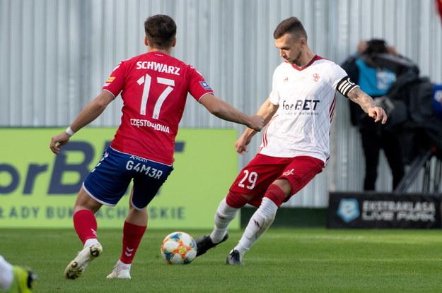 Maksymilian Rozwadowicz (po prawej) i Petr Schwarz podczas meczu Raków - ŁKS /Grzegorz Michałowski   /PAP/EPA