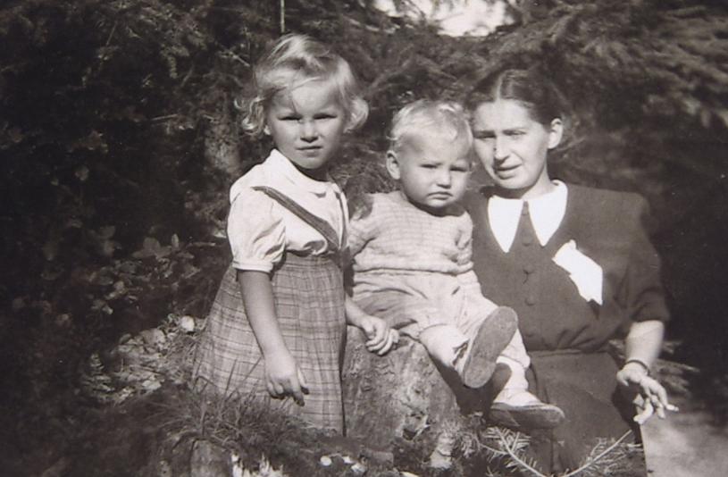 Mała Anna z lewej strony. Nie wiadomo, kim są pozostałe osoby. Zdjęcie zostało prawdopodobnie wykonane w Austrii /Archiwum prywatne Anny Berezowskiej /INTERIA.PL