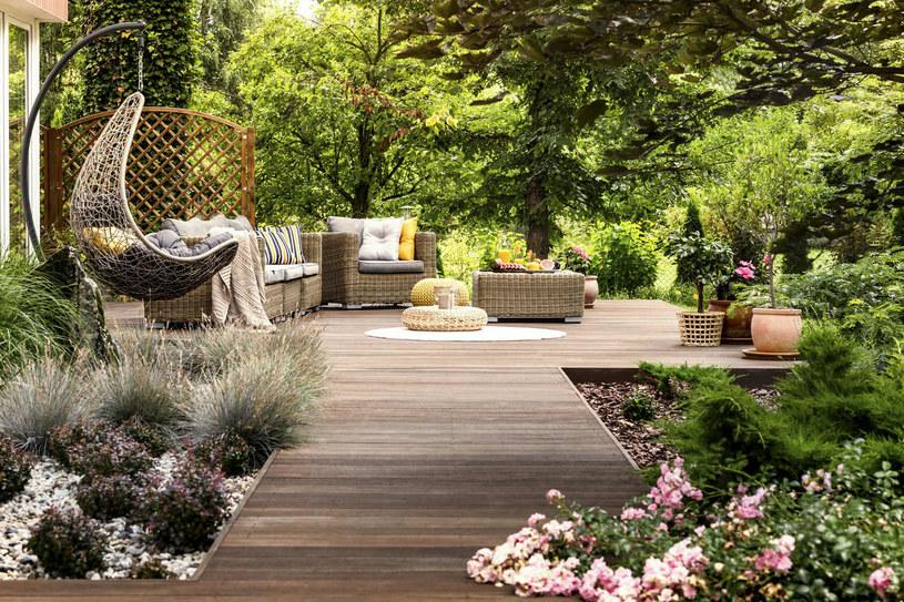 Mała architektura ogrodowa pięknie prezentuje się w otoczeniu roślin /materiały promocyjne