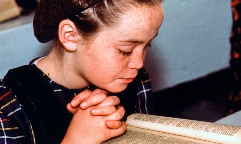Mała dziewczynka modli się w szkole wspólnoty mennonickiej w Cuauhtémoc. Szacuje się, że w 2018 roku liczba mennonitów oscylowała wokół 2,1 miliona / Michel SETBOUN / Contributor /Getty Images