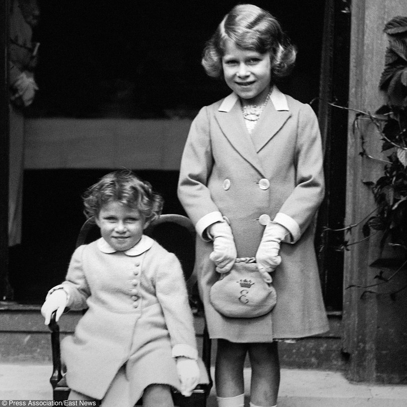 Mała Elżbieta II z młodszą siostrą Małgorzatą, 1933 rok /PA /East News