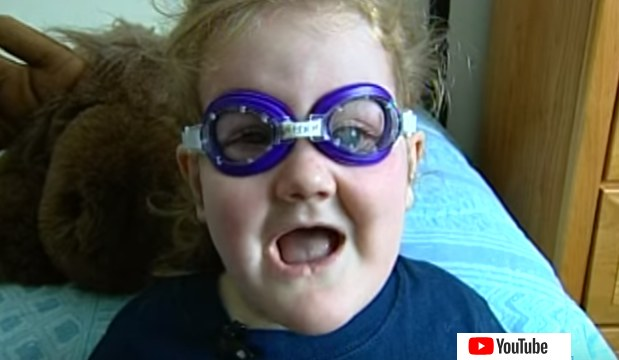 Mała Gabby w swoich ochronnych okularach /YouTube