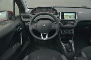 Mała kierownica świetnie leży w dłoniach. Aż dziw bierze, że inne firmy nie poszły jeszcze w ślady Peugeota. /Motor