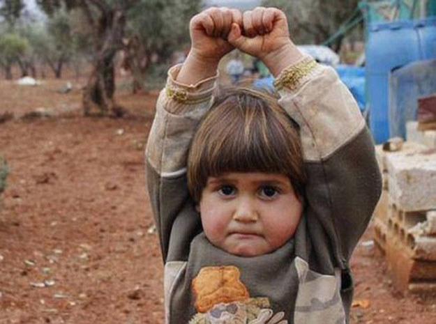 Mała Syryjka poddała się fotoreporterowi /Twitter