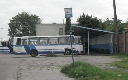 Malborski dworzec autobusowy, choć wciąż korzystają z niego pasażerowie, wygląda na opuszczony /portalpomorza.pl