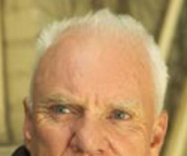 Malcolm McDowell w czarnej komedii