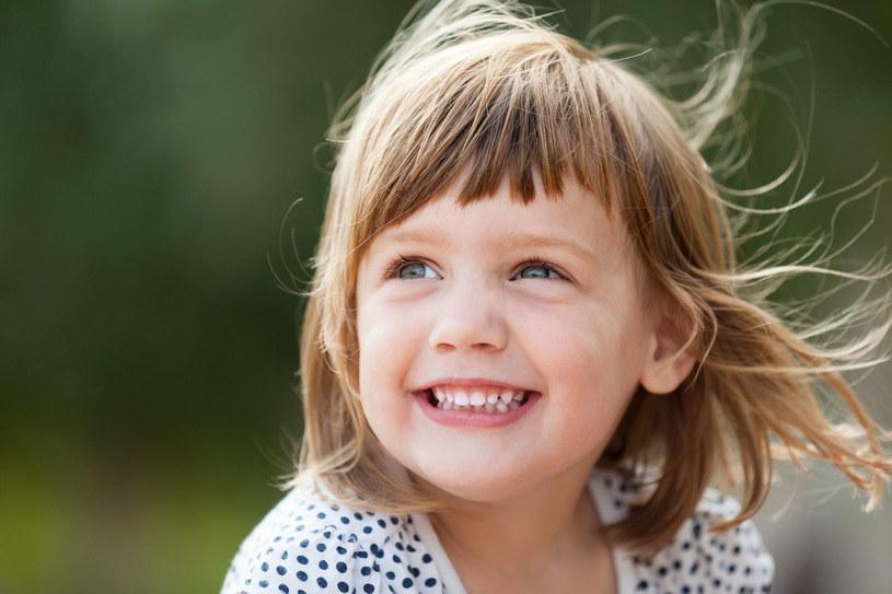 Małe dziecko bardzo łatwo jest nabrać. Niestety /123RF/PICSEL