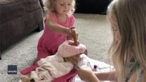 Małe dziewczynki zorganizowały swojemu pupilowi domowe spa