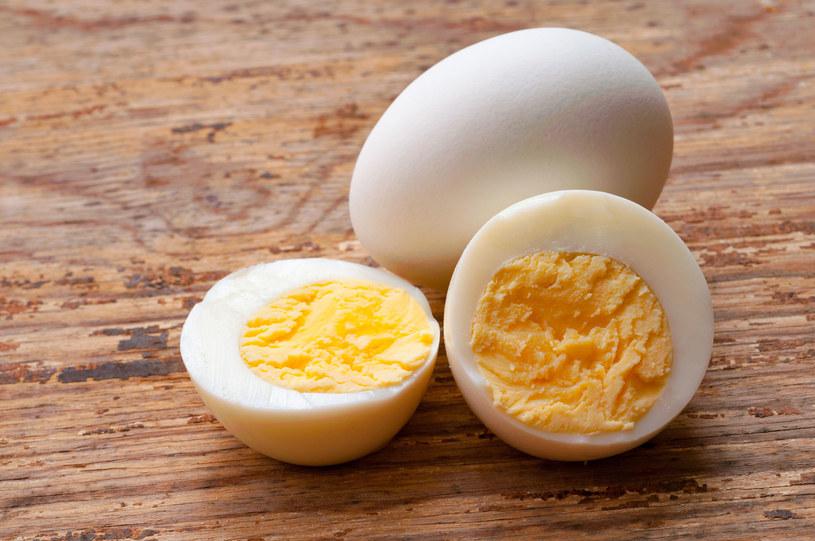 Małe opakowanie drażetek w czekoladzie ma podobną kaloryczność, jak dwa jajka ugotowane na twardo! /123RF/PICSEL