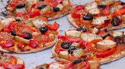 Małe pizze z kaparami i pesto
