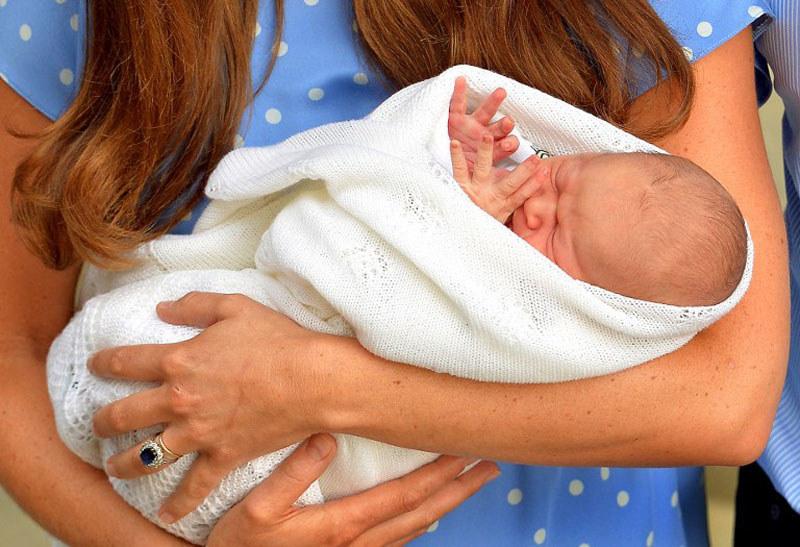 Maleńki książę Cambrige u mamy w ramionach w drugim dniu swojego życia /AFP