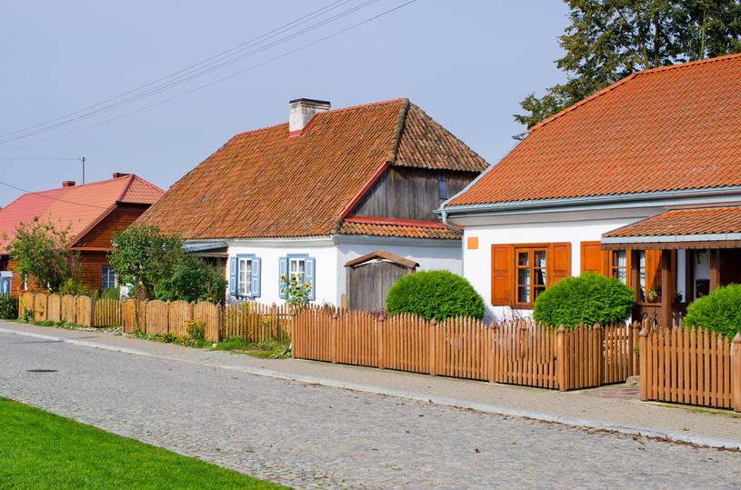 Maleńkie domki urzekają turystów /123RF/PICSEL