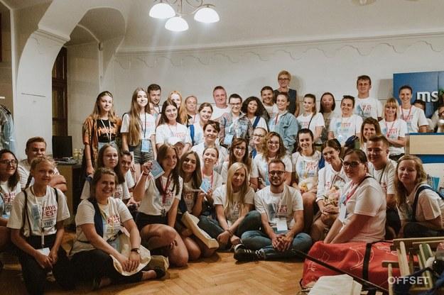 Małgorzata Andrysiak i Krystian Stopka z Fundacji Akuratna z festiwalowymi wolontariuszami /OFFSET /