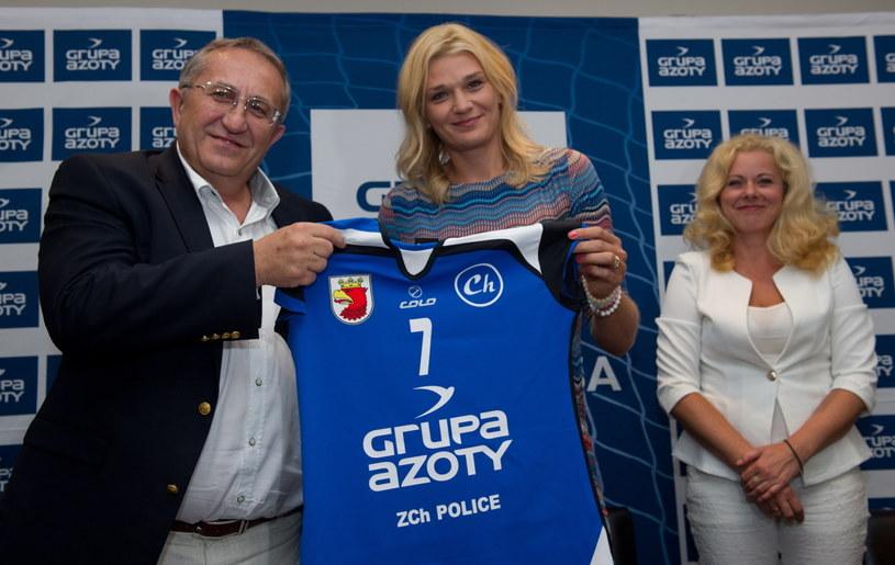 Małgorzata Glinka-Mogentale z koszulką nowego zespołu /Grzegorz Michałowski /PAP
