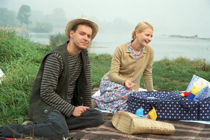 """Małgorzata Kożuchowska i Steffen Moller na planie """"M jak miłość"""" w 2003 roku. Teraz wygląda zupełnie inaczej? /Fot Weronika Wojnach /TVP/ /East News"""