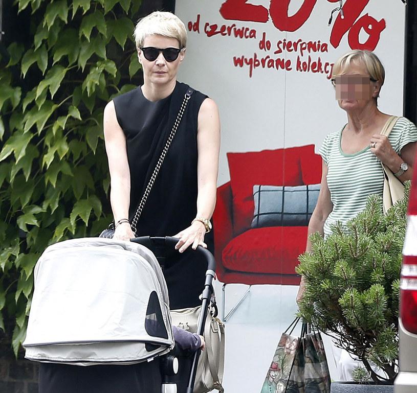 Małgorzata Kożuchowska na spacerze z synem /Foto IP