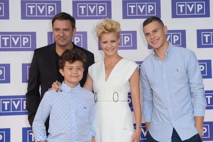 """Małgorzata Kożuchowska, Tomasz Karolak, Adam Zdrójkowski i Mateusz Pawłowski na premierze """"Rodzinkipl"""" /VIPHOTO /East News"""