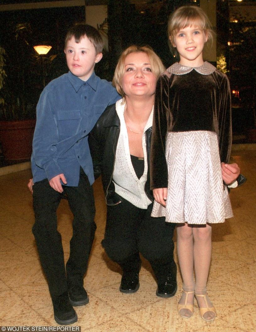 Małgorzata Ostrowska-Królikowska z serialowymi dziećmi /- /East News