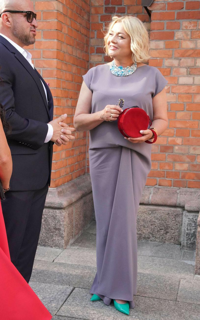 Małgorzata Ostrowska-Królikowska zachwyciła na ślubie syna, ale trudno było ją zobaczyć razem z parą młodą /Tricolors /East News