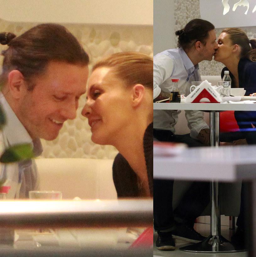 Małgorzata Rozenek i Radek Majdan nawet w restauracji nie mogą się od siebie oderwać. Parze nie przeszkadzają już nie tylko paparazzi, ale i dzieci perfekcyjnej ze związku z Jackiem. /Foto IP