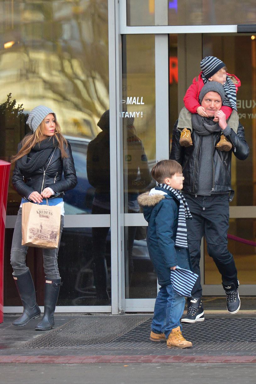 Małgorzata Rozenek i Radek Majdan z synami /Foto IP