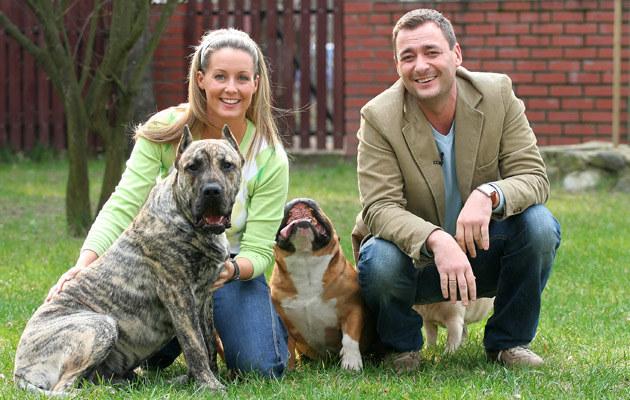Małgorzata Rozenek, Jacek Rozenek z psami przed swoim domem /Marcin Dławichowski /Agencja FORUM