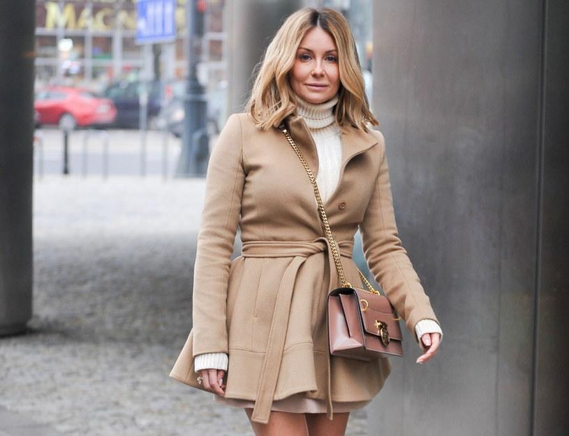 Małgorzata Rozenek-Majdan często nosi sukienki jesienią i zimą. Płaszcz i kozaki z wysoką cholewką gwarantują jej ciepło /Artur Zawadzki /East News