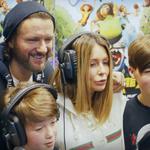 """Małgorzata Rozenek-Majdan i Radosław Majdan z dziećmi w dubbingu animacji """"Krudowie 2"""""""