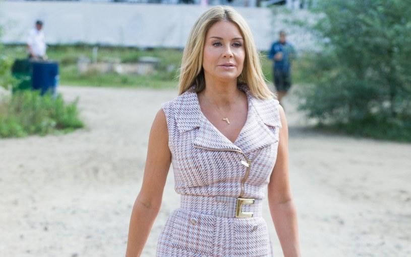 Małgorzata Rozenek-Majdan nosi kratę też w cieplejsze dni /Artur Zawadzki /Reporter
