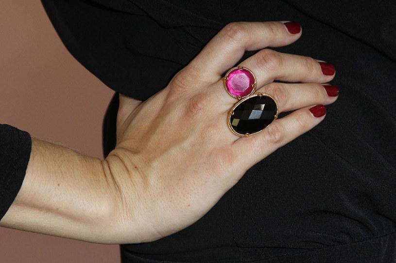 Małgorzata Socha przełamała wytworny charakter manikiuru, zakładając dwa pierścionki w kontrastujących ze sobą kolorach. /Engelbecht /AKPA