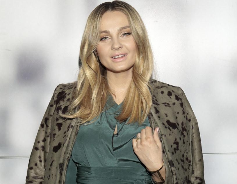 Małgorzata Socha wybrała, pięknie podkreślającą sylwetkę suknię w kolorze zgaszonej zieleni /East News
