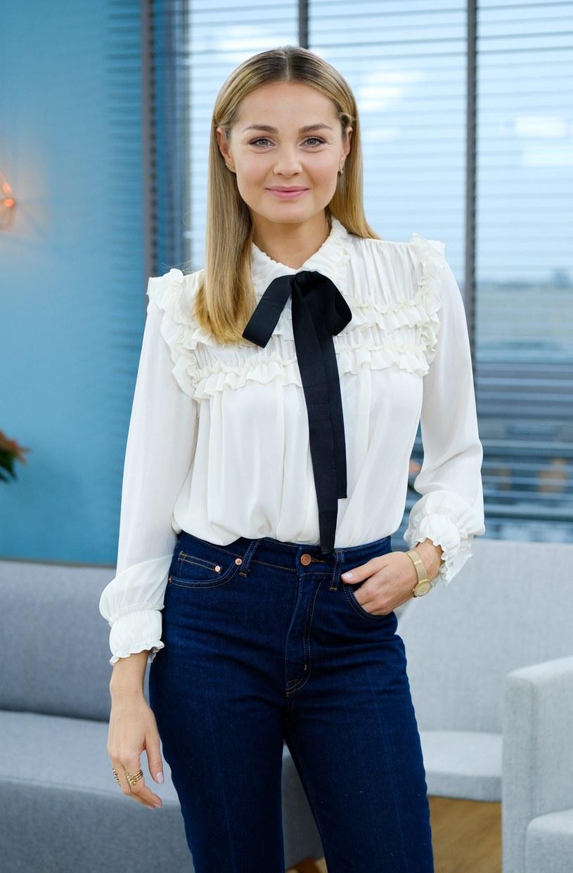 Małgorzata Socha z grzeczną kokardą pod szyją i w dżinsach /East News