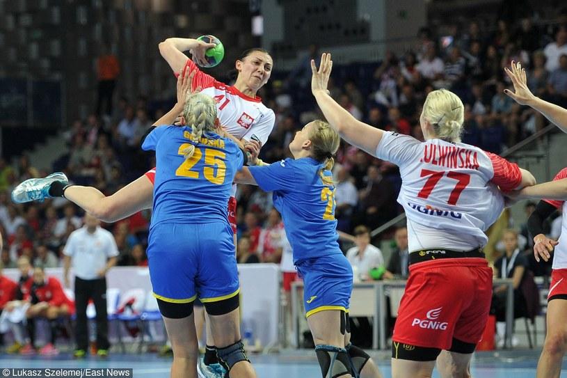 Małgorzata Stasiak (z piłką) nie boi się twardej walki /East News